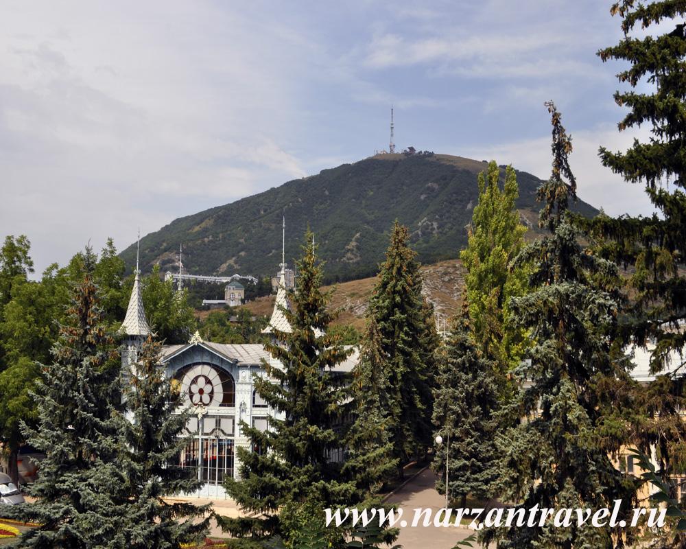 Гора Машук с телевышкой и Академическая галерея.