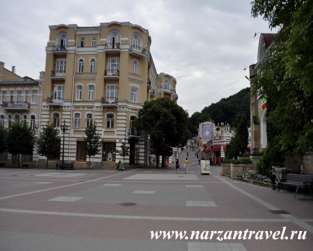 Санаторий Нарзан и площадь.