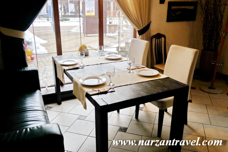 Ресторан Корона. Столики у окна.